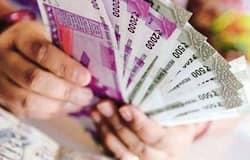 <p><strong>बिजनेस डेस्क।</strong> देश में त्योहारों का समय नजदीक आ रहा है। इस फेस्टिवल सीजन को देखते हुए कई प्रमुख बैंक लोगों को खास ऑफर दे रहे हैं। स्टेट बैंक ऑफ इंडिया ( SBI), एचडीएफसी बैंक (HDFC Bank), पंजाब नेशनल बैंक (PNB), आईसीआईसीआई &nbsp;बैंक (ICICI Bank) और बैंक ऑफ बड़ौदा (BoB) इस त्योहारी सीजन में अपने कस्टमर्स को होम और कार लोन पर खास छूट दे रहे हैं। जानें इनके बारे में।<br /> (फाइल फोटो)</p>