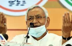 <p>बैचलर ऑफ इन इंजीनियरिंग करने के बाद नीतीश कुमार 1974 से 1977 तक चले जेपी आंदोलन में बढ़-चढ़ कर अपनी भागीदारी निभाई थी। वो पूर्व मुख्यमंत्री सत्येंद्र नारायण सिन्हा के करीबी थे। 26 साल की उम्र में नीतीश कुमार ने पहली बार 1977 के विधानसभा चुनाव हरनौत सीट से जनता पार्टी के टिकट पर &nbsp;लड़े थे। लेकिन, हार गए।&nbsp;<br /> &nbsp;</p>