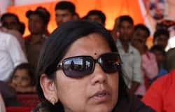 <p><strong>पटना (Bihar) । </strong>डीएम की हत्या के मामले में उम्रकैद की सजा पाने वाले पहले बाहुबली नेता आनंद मोहन (Anand Mohan) को बाहर लाने के लिए उनकी पत्नी और पूर्व सांसद लवली आनंद (&nbsp;Lovely Anand) परेशान हैं। वे इसके बार-बार पार्टियां बदल रही हैं। इस समय आरजेडी (RJD ) के साथ पॉलिटिक्स करना शुरू कर दी है। पार्टी ने उन्हें सहरसा से चुनाव मैदान में उतारने का फैसला किया है। खबर है कि लवली आनंद को RJD की ओर से टिकट दिया गया है। बताते चले कि सहरसा में तीसरे चरण में वोटिंग होगी, जिसके लिए 7 नवंबर को मत डाले जाएंगे, जबकि 10 नवंबर को मतगणना होगी। वहीं, कल यह भी खबर सामने आई थी कि आनंद मोहन (Anand Mohan) के बेटे चेतन आनंद (Chetan Anand) को शिवहर से राजद का सिम्बल मिल गया है।<br /> &nbsp;</p>
