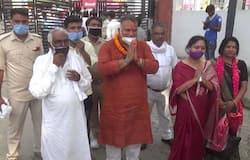 <p><strong>पटना (BIHAR)। </strong>बिहार की राजनीति में हमेशा से ही बाहुबलियों का बोलबाला रहा है। इनमें तीन बार विधायक रहे मुन्ना शुक्ला उर्फ विजय कुमार शुक्ला (Munna Shukla) का भी नाम शामिल है, जो इस बार वैशाली के लालगंज से निर्दलीय चुनाव लड़ रहे हैं। जिनके एफिडेविट के मुताबिक उनके पास करीब आठ करोड़ की सपत्ति है, जबकि इस समय 13 आपराधिक मामले दर्ज हैं। आज हम इस बाहुबली नेता के बारे में आपको बता रहे हैं, जिसे सुनकर आप भी दंग रह जाएगे।</p>