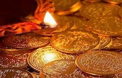<p><strong>बिल न लेना</strong><br /> सोने की खरीददारी करते वक्त उसका पक्का बिल जरूर लें। कई लोग जान-पहचान की दुकान से खरीददारी करते वक्त बिल लेने पर ध्यान नहीं देते हैं। इससे नुकसान हो सकता है। सोना चाहे जहां से खरीदें, लेकिन उसका पक्का बिल लेना न भूलें। यह भी ध्यान रखें कि उसमें खरीदी गई जूलरी, मेकिंग चार्ज और दूसरी सारी डिटेल हो।<br /> (फाइल फोटो)</p>