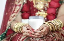 <p>इस दूध को पीने से सेक्सयुअल हार्मोन्स भी बढ़ते हैं। दूध में मौजूद प्रोटीन की मदद से टेस्टोस्टेरॉन और एस्ट्रोजन नामक दो सेक्स हॉरमोन भी बनते हैं। इसलिये दूल्हे को दूध और बादाम का प्रोटीन से भरा मिश्रण दिया जाता है।</p>