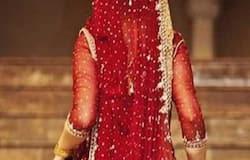 <p><strong>गोरखपुर (Uttar Pradesh,) । </strong>शादी के महज दो ही घंटे हुए थे। आज दुल्हन ससुराल जाने के लिए कार में बैठकर गांव के सरहद पर अपने पति का इंतजार कर रही थी। तभी, एक ऐसी खबर उसके कान तक पहुंची कि उसने शादी से ही इनकार कर दिया। हालांकि घंटों चली पंचायत के बाद भी बात नहीं बनी। आखिर में पुलिस की मौजूदगी में वर पक्ष ने दुल्हन पक्ष के सारे सामान वापस कर दिया और बिन दुल्हन बारात वापस लेकर लौट गए। यह घटना पिपराइच थाना क्षेत्र के हेमछापर गांव की है।&nbsp;</p>