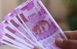 बिजनेस डेस्क। भारतीय रिजर्व बैंक (RBI) ने दिसंबर माह की मौद्रिक नीति समीक्षा  (Monetary Policy Review) मीटिंग में  रेपो रेट (Repo Rate) में कोई बदलाव नहीं किया है। यह फैसला बढ़ती खुदरा महंगाई और सुधार की तरफ चल रही अर्थव्यवस्था को ध्यान में रखकर लिया गया है। हालांकि, इस फैसले से बैंक ग्राहकों के लिए  कई चीजें पहले की तरह ही रह गईं हैं। बहरहाल, इस मीटिंग में डिजिटल पेमेंट (Digital Payment) को लेकर लिए गए फैसले से कस्टमर्स को फायदा होगा। जानें इस मीटिंग में लिए गए फैसलों का बैंकों के कस्टमर्स पर क्या असर होगा। (फाइल फोटो)