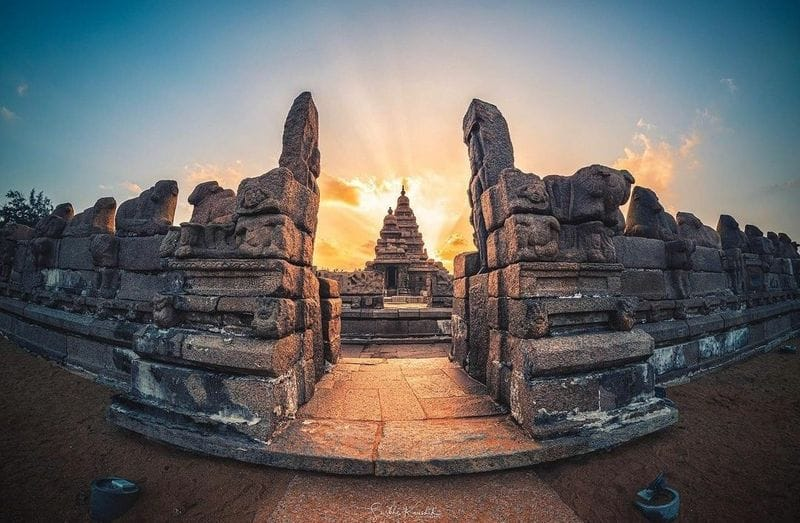 At the time of its creation, the site was a busy port during the reign of Narasimhavarman II of the Pallava dynasty.