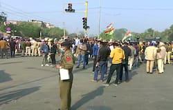 <p>कृषि कानूनों के खिलाफ 13 दिन से प्रदर्शन कर रहे किसानों ने दिल्ली को चारों तरफ से घेर लिया है। 20 सियासी दल और 10 ट्रेड यूनियंस भारत बंद का सपोर्ट कर रही हैं। इसका असर दिखना शुरू हो गया है। भुवनेश्वर रेलवे स्टेशन पर प्रदर्शनकारियों ने ट्रेनें रोक दीं।&nbsp;</p>