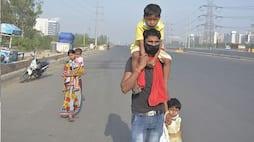 <p>यह तस्वीर गुरुग्राम से सामने आई थी। बच्चों को लेकर पैदल जाते दिखाई दिए थे मजबूर मजदूर।</p>