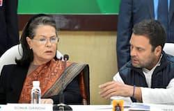 <p>कांग्रेस में जारी अंदरुनी कलह के बीच शनिवार को पार्टी की अंतरिम अध्यक्ष सोनिया गांधी की पार्टी के नाराज और वरिष्ठ नेताओं के साथ बैठक शुरू हो चुकी है। सोनिया गांधी के आवास 10 जनपथ पर बुलाई गई इस बैठक में पार्टी के असन्तुष्ट नेताओं में से गुलाम नबी आजाद और आनंद शर्मा भी शामिल हुए हैं।</p>