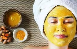 <p><strong>हल्दी के फायदे (Benefits of turmeric in hindi)&nbsp;</strong></p>  <p>कच्ची हल्की स्किन केयर में भी काम आती है। हल्दी को पीसकर उसे आटे के साथ मिलाकर चेहरे पर लगा लें। इससे आपके चेहरे की झाईं मिट जाएंगी और रंग भी निखरता है। इसको लगाने से चेहरे के दाग धब्बे भी मिट जाते हैं और झुर्रियां दूर होती हैं।&nbsp;आयुर्वेद में हल्दी को एक ऐसी जड़ी-बूटी माना गया है, जो आपके शरीर को निरोग और त्वचा को चमकदार बनाती है। इसलिए खाने, दूध और उबटन में हल्दी का उपयोग भारतीय परंपरा का हिस्सा है।&nbsp;</p>
