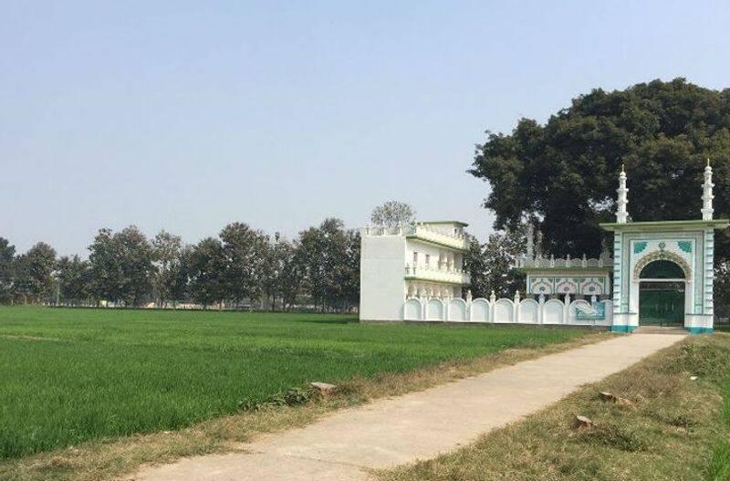 <p>बताते चले कि मस्जिद में गुम्बद नहीं होगा। इस डिजाइन को अलीगढ़ मुस्लिम यूनिवर्सिटी के वास्तु विभाग के डीन और एमएस अख्तर ने तैयार किया है। जिनके मुताबिक मस्जिद 3500 स्क्वायर मीटर में बनेगी, इमारत ईको-फ्रेंडली होगी और इसमें सोलर एनर्जी का इस्तेमाल किया जाएगा। इसका नाम किसी बादशाह के नाम पर नहीं रखा जाएगा।&nbsp;<br /> &nbsp;</p>