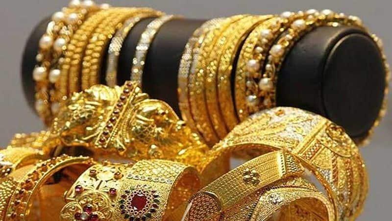 <p>ಇಂದು ಬೆಂಗಳೂರಿನಲ್ಲಿ 10 ಗ್ರಾಂ 22 ಕ್ಯಾರೆಟ್ ಚಿನ್ನದ &nbsp;150 ರೂ. ಇಳಿಕೆಯಾಗಿ ದರ &nbsp;43,250 ರೂಪಾಯಿ ಆಗಿದೆ.</p>
