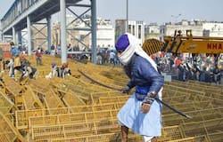 <p>तीन कृषि कानून के खिलाफ दिल्ली में किसानों का प्रदर्शन उग्र हो गया है। किसानों के इस आंदोलन में निहंग फौज भी शामिल हो गई है। 4 मेट्रो स्टेशन सहित कई इलाकों में इंटरनेट सेवा बंद किए जाने की खबर है। वहीं, दिनभर में कई जगहों पर पुलिस के साथ झड़प भी हुई है। दिल्ली आईटीओ के पास ट्रैक्टर पलटने से एक किसान की मौत हो गई है। ऐसे में सोशल मीडिया में सबसे ज्यादा वायरल होने वाली तस्वीरों के बारे में हम आपको बता रहे हैं।&nbsp;</p>