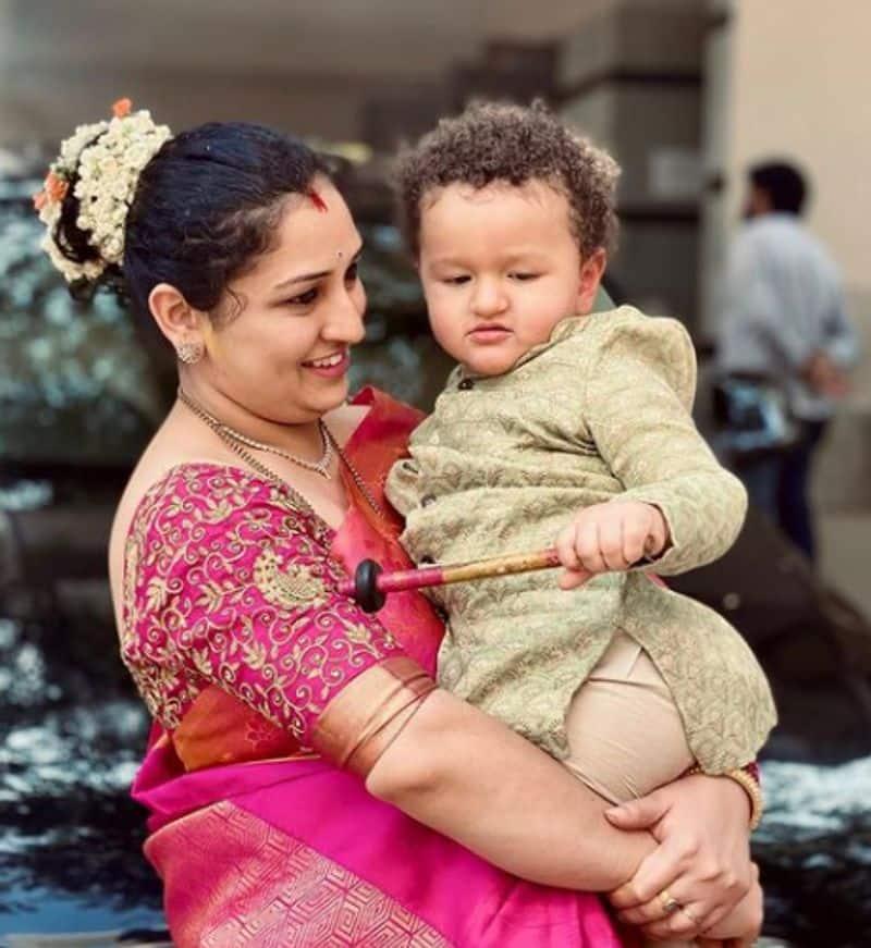 ರಿಷಭ್ ಪತ್ನಿ ಪಿಂಕ್ ಝರಿಯಂಚಿನ ಹಳದಿ ಸೀರೆಯುಟ್ಟಿದ್ದರು