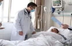 <p>सर्जरी के बाद डु को डिस्चार्ज कर दिया गया है। जब उसे अस्पताल लाया गया था तब किसी एलियन जैसा दिख रहा था। लेकिन अब ट्यूमर निकाले जाने के बाद उसकी बॉडी का रंग पहले जैसा हो गया है। &nbsp;</p>