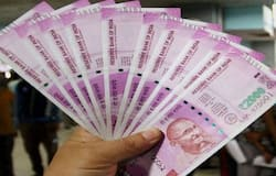 बिजनेस डेस्क। भारतीय जीवन बीमा निगम (LIC) लोगों की अलग-अलग जरूरतों के हिसाब से कई तरह की  पॉलिसी लाता रहता है। अभी हाल ही में एलआईसी की एक पॉलिसी बच्चों के भविष्य को ध्यान में रख कर लाई गई है। इस पॉलिसी का नाम 'न्यू चिल्ड्रन्स मनी बैक प्लान' ((LIC New Children's Money Back Plan) है। इस पॉलिसी में निवेश करने पर कई तरह के फायदे होते हैं। बता दें कि एलआईसी सरकारी क्षेत्र की ऐसी बीमा कंपनी है, जिस पर देश के करोड़ों लोगों का भरोसा है। कोविड-19 महामारी (Covid-19 Pandemic) के दौर में जहां ज्यादातर सरकारी-गैर सरकारी कंपनियों को घाटे के दौर से गुजरना पड़ा, एलआईसी के मुनाफे में बढ़ोत्तरी हुई। एलआईसी का नेटवर्क पूरे देश में फैला है। अब एलआईसी में ऑनलाइन सर्विसेस (Online Services) की भी शुरुआत हो चुकी है। इससे कस्टमर आसानी से प्रीमियम जमा करने के साथ दूसरे काम भी कर सकते हैं। सबसे बड़ी बात यह है कि एलआईसी में निवेश किया गया पैसा सौ फीसदी सुरक्षित रहता है। इस पर सरकार की सॉवरेन गारंटी (Sovereign Guarantee) मिलती है। जानें एलआईसी की इस खास पॉलिसी के बारे में। (फाइल फोटो)