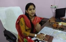 <p><strong>जयपुर (&nbsp;Rajasthan) ।&nbsp;</strong>रिश्वत लेने के मामले में जेल में बंद पीसीएस अधिकारी पिंकी मीणा अब शादी करने जा रही हैं। मीडिया रिपोर्ट्स के मुताबिक वो एक जज से शादी करने वाली हैं। इसके लिए राजस्थान हाईकोर्ट के जयपुर बेंच के जस्टिस इंद्रजीत सिंह ने उन्हें 10 दिन की सशर्त जमानत दी है। बताते हैं कि उन्हें शादी के 5 दिन बाद सरेंडर करना होगा। ऐसे में हम आपको इस पीएसएस अफसर के बारे में बता रहे हैं।&nbsp;</p>