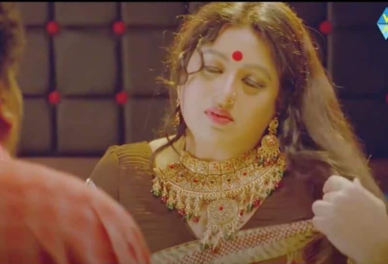 ఈ విషయంలో తన తండ్రి సపోర్ట్ చేశారని, చిన్న సీనే కదా చేయమని ఒత్తిడి తెచ్చారట. నాన్న ఒత్తిడితోనే ఓ సీన్ చేశానని చెప్పింది సనా.