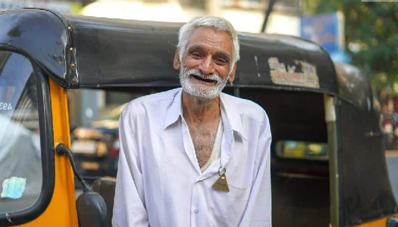<p>The story of a Mumbai-based auto driver is popular on social media these days. The elderly driver Desraj has caught the attention of people with this picture, even in his struggling life. Desraj, after the death of his 2 sons, is raising money for the family. He sold his house to teach his granddaughter so that she could grow up to become a teacher. The Humans of Bombay Page acknowledges his phenomenal contribution.&nbsp;</p>