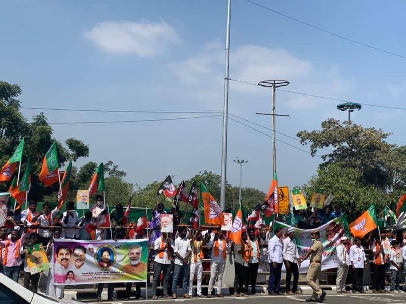 తమిళనాడులో ప్రధానికి స్వాగతం పలుకుతున్న బీజేపీ కార్యకర్తలు,. రోడ్డుకు ఇరువైపులా నిలబడి స్వాగతం పలుకుతున్న బీజేపీ శ్రేణులు
