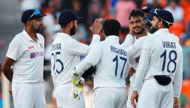 England openers back to the pavilion in Fourth test