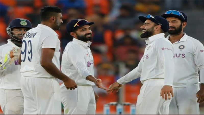 <p>5 दिनों के टेस्ट मैच को 2 दिन में खत्म करके भारत ने इंग्लिश खिलाड़ियों को 10 विकेट से करारी शिकस्त दी। मैच की शुरुआत में ही भारत ने इंग्लैंड (IND vs ENG) पर पूरी तरह से शिकंजा कस रखा था। पहले दिन उन्होंने पूरी अंग्रेजी टीम को 112 रनों पर ढेर कर दिया, जिसके जवाब में भारत ने 145 रन बनाए और 33 रनों की बढ़त हासिल की।</p>