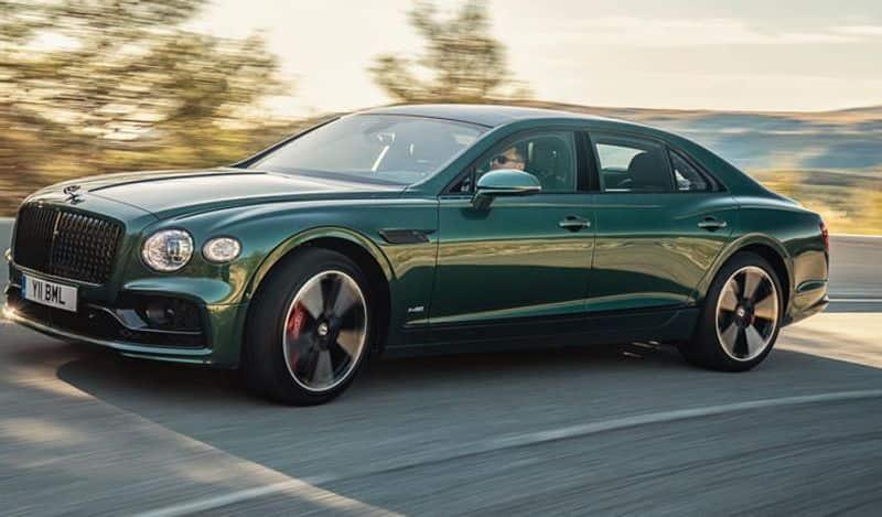 <p>Bentley Flying Spur की गिनती दुनिया के सबसे लग्जरी कार में की जाती है। ये कार कई सेलेब्स के पास मौजूद है। ये कार सिर्फ 4.5 सेकंड में 100 किलोमीटर की रफ़्तार पकड़ सकती है। इसकी टॉप स्पीड 325 किलोमीटर है। वहीं बात इसके मशीनरी की करें, तो इसमें 6.0-लीटर के ट्विन टर्बो W12 इंजन है जो 626 bhp का पावर और 820 Nm का टॉर्क जेनरेट करता है।</p>