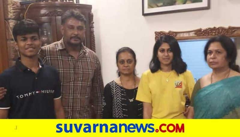 Darshan visits ex-minister Vinay Kulkarni family in Dharwad vcs