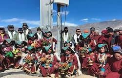 नेशनल डेस्क। लद्दाख (Ladakh) के राष्ट्रीय सुरक्षा के नजरिए से संवेदनशील माने जाने वाले  पैंगोंग त्सो (Pangong Tso) के दक्षिणी तट पर स्थित 2 गांवों में भारतीय सेना (Indian Army) ने ऑप्टिकल फाइबर सुविधा को शुरू कर दिया है। ये दोनों गांव मेराक (Merak) और खाकटेड (Khakted) हैं। चीन के साथ चल रहे सीमा पर विवाद के दौर में इनका सामरिक महत्व बहुत ज्यादा है। यही वजह है कि सेना ने यहां ऑप्टिकल फाइबर कनेक्टिविटी शुरू करने का फैसला किया। सरकारी टेलिकॉम कंपनी भारत संचार निगम लिमिटेड (BSNL) इस काम को 7 दिन में पूरा कर दिया। यह इस क्षेत्र में पहला मोबाइल नेटवर्क है।