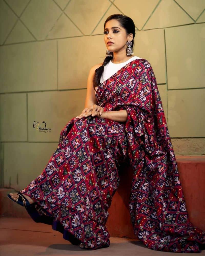 ఇప్పటికే పలు సినిమాలలోరష్మీ హీరోయిన్ గా కనిపించారు. అయితే ఆమె హీరోయిన్ గా నటించిన ఒక్క సినిమా కూడా సూపర్ హిట్ కాలేదు. దానితో రష్మీకి అవకాశాలు తగ్గాయి.