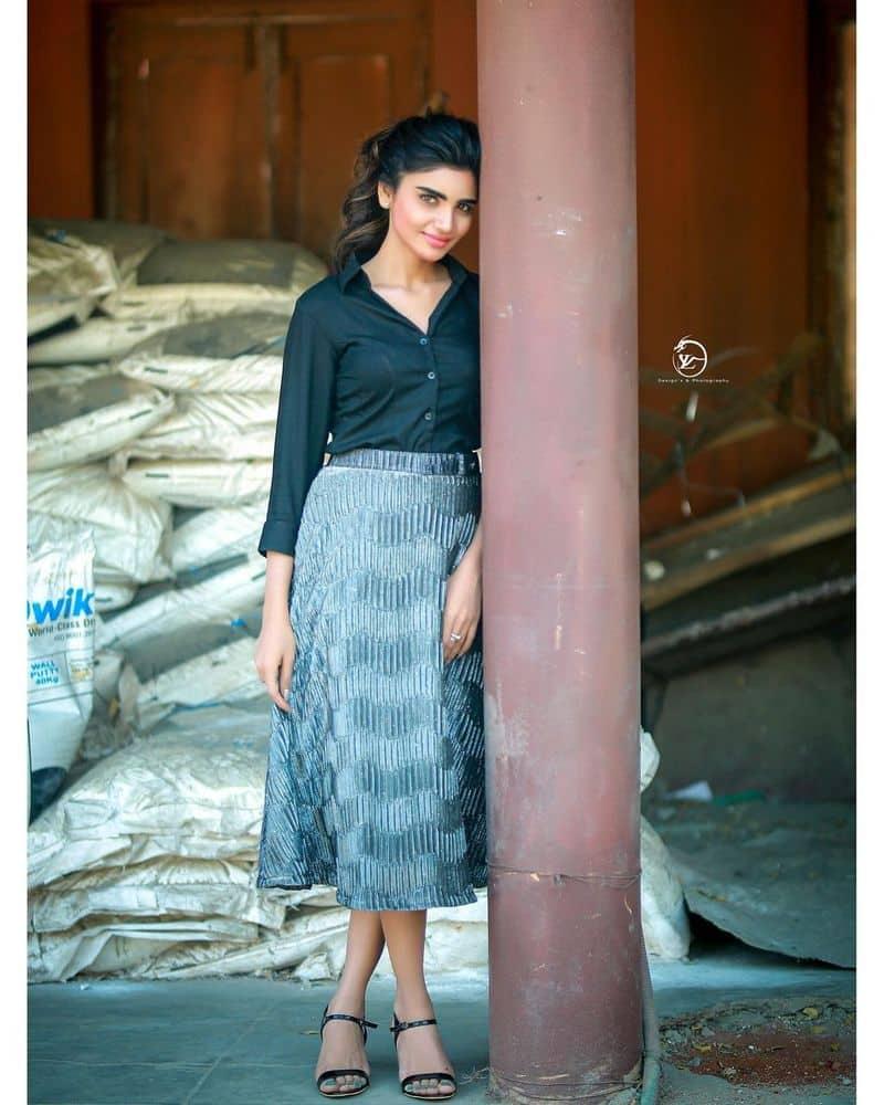 సీరియల్ నటిగా చాలా కాలం క్రితమే వెండితెరకు పరిచయమైన వర్షకు సరైన గుర్తింపు రాలేదు. ఆమె నటనకు, అందాలకుజబర్ధస్త్సరైన వేదికగామారింది.