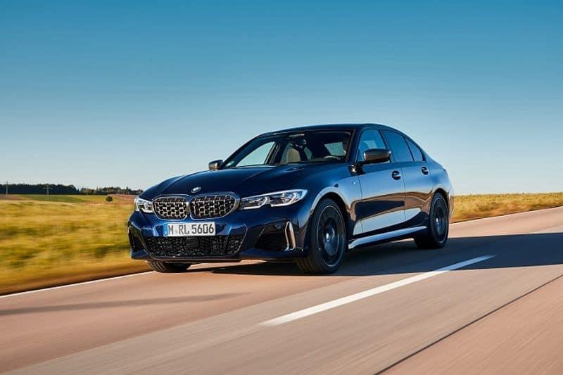 <p>ಫರ್ಸ್-ಎವರ್ &nbsp;BMW M340i xDrive ಸ್ಪೋರ್ಟಿಂಗ್ ಥೀಮ್ನಿಂದ ಸ್ಫೂರ್ತಿ ತುಂಬುತ್ತದೆ. &nbsp;ಗ್ರಿಲ್ ಮೆಷ್ &nbsp;ಹೆಡ್ಲೈಟ್ ಯೂನಿಟ್ಸ್ಗೆ ವಿನ್ಯಾಸದ ಮೂಲಕ ಕಾರಿನ ಅಂದ ಮತ್ತಷ್ಟು ಹೆಚ್ಚಿದೆ. . ಕಾರು ಅಡಾಪ್ಟಿವ್ LED ಹೆಡ್ಲೈಟ್ಸ್ BMW ಲೇಸರ್ ಲೈಟ್ ಹೊಂದಿದೆ. &nbsp;ಈ ಕಾರಿನ ಹುಡ್, ಲಾಂಗ್ ವ್ಹೀಲ್ ಬೇಸ್ &nbsp;ಮತ್ತು ರೂಫ್ಲೈನ್ನಿಂದ ಸ್ಪೋರ್ಟೀವ್ ಲುಕ್ ಹೆಚ್ಚಾಗಿದೆ. &nbsp;ಸಮಾನಾಂತರ ರೇಖೆಗಳು ಮತ್ತು ತೆಳು, ಸ್ಟೈಲಿಷ್ ಆದ ಡಾರ್ಕೆನ್ಡ್ ಲೈಟ್ ಯೂನಿಟ್ಸ್ &nbsp;ಐ-ಶೇಪ್ಡ್ LED ಟೈಲ್ಲೈಟ್ಸ್ ಹೊಂದಿದೆ. &nbsp;ಏರೊಡೈನಮಿಕ್ಸ್ ಪ್ಯಾಕೇಜ್ ಅನ್ನು &nbsp;ಆಪ್ಟಿಮೈಸ್ಡ್ ಬಾಡಿ ಎಲಿಮೆಂಟ್ನೊಂದಿಗೆ ಕಾರು ಬಾಡಿ ಕಲರ್ಡ್ ಒರಿಯರ್ ಸ್ಪಾಯ್ಲರ್ ಅನ್ನು ಬೂಟ್ಲಿಡ್ ಮೇಲೆ ನೀಡುತ್ತದೆ. ಈ ವಾಹನದ ವಿಶಿಷ್ಟ ನೋಟವು ಹೊರಗಿನ ಮಿರರ್ ಕ್ಯಾಪ್ಸ್, ಏರ್ ಇನ್ಟೇಕ್ ಸ್ಟ್ರಟ್ಸ್, ಟ್ರಪೊಝೊಡಿಯಲ್ ಟೈಲ್ಪೈಪ್ ಟ್ರಿಮ್ಸ್ ಮತ್ತು ಮಾಡೆಲ್ ಲೆಟರಿಂಗ್ ಎಲ್ಲವೂ ಸೆರಿಯಮ್ ಗ್ರೇ ಮೆಟಾಲಿಕ್ನಿಂದ ರೂಪಿಸಲಾಗಿದ್ದು ವಾಹನದ ವಿಶೇಷ ನೋಟ ನೀಡುತ್ತವೆ.&nbsp;</p>