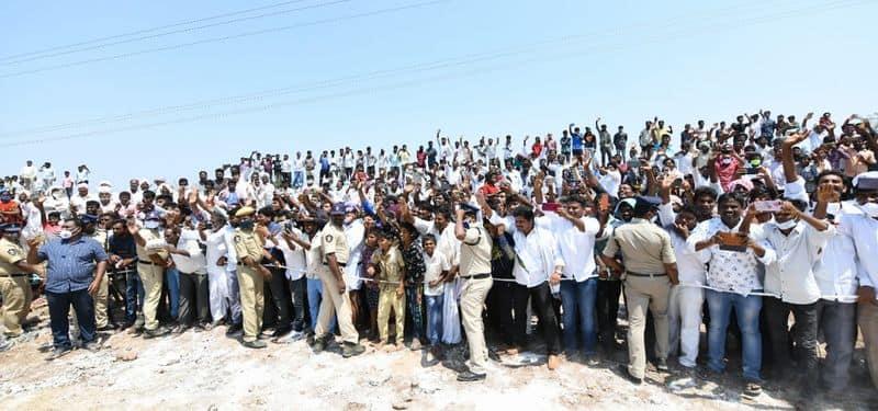 సీఎం జగన్ కు జాతీయ జెండాలతో స్వాగతం పలికిన మాచెర్ల ప్రజలు
