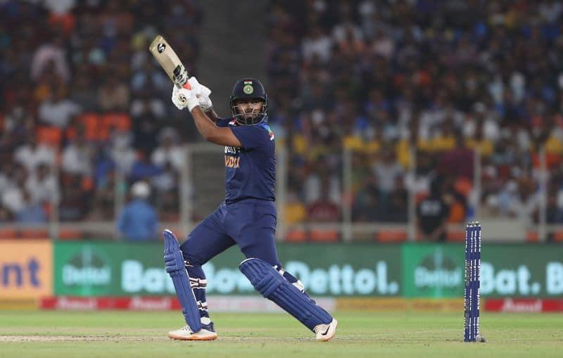 <p>কিন্তু দ্বিতীয় ওয়ান ডে-তে ভারতীয় ক্রিকেট দলে হল না 'সূর্যদয়'। সূর্যকুমার যাদবের বদলে অভিজ্ঞ ঋষভ পন্থের উপর আস্থা রাখল টিম ম্যানেজমেন্ট।<br /> &nbsp;</p>