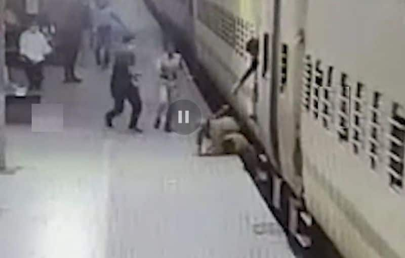 Lady police constable saves passenges who falls from running train at Jharkhand ckm