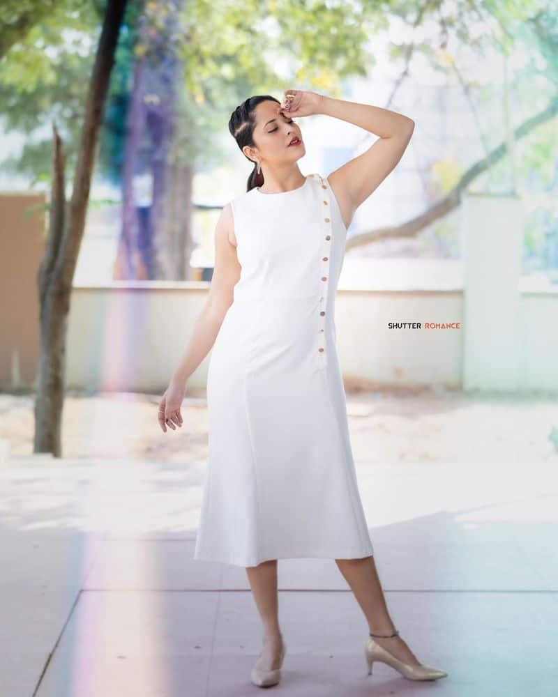 అనసూయ అంటే అందాలు ఆరబోతే అనే కామెంట్ ఉంది. ఆమె పొట్టి డ్రెస్సులు వేసుకుంటూ హోయలు పోవడంతో నెటిజన్లు కామెంట్ చేస్తుంటారు.