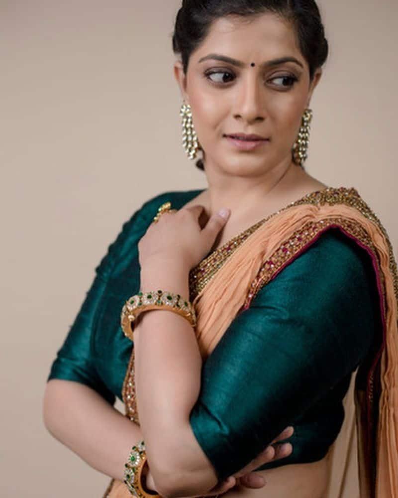 వరలక్ష్మీ శరత్ కుమార్ తన సోదరుడి మ్యారేజ్ ఈవెంట్లో సందడి చేసింది. ఈ సందర్భంగా లంగాఓణీలో మెరిసింది వరలక్ష్మి.