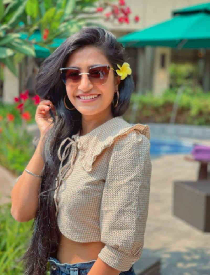 <p>As for here, Dhanashree flaunts another simple look, with a flower tucked in her hair.</p>