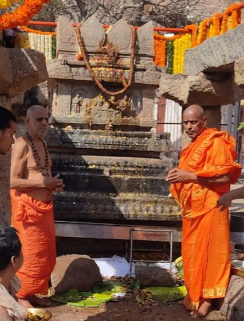 <p>ಕೊಪ್ಪಳ ಜಿಲ್ಲೆಯ ಗಂಗಾವತಿ ತಾಲೂಕಿನಲ್ಲಿರುವ ಆನೆಗೊಂದಿಯ ನವವೃಂದಾವನ ಗಡ್ಡೆ</p>