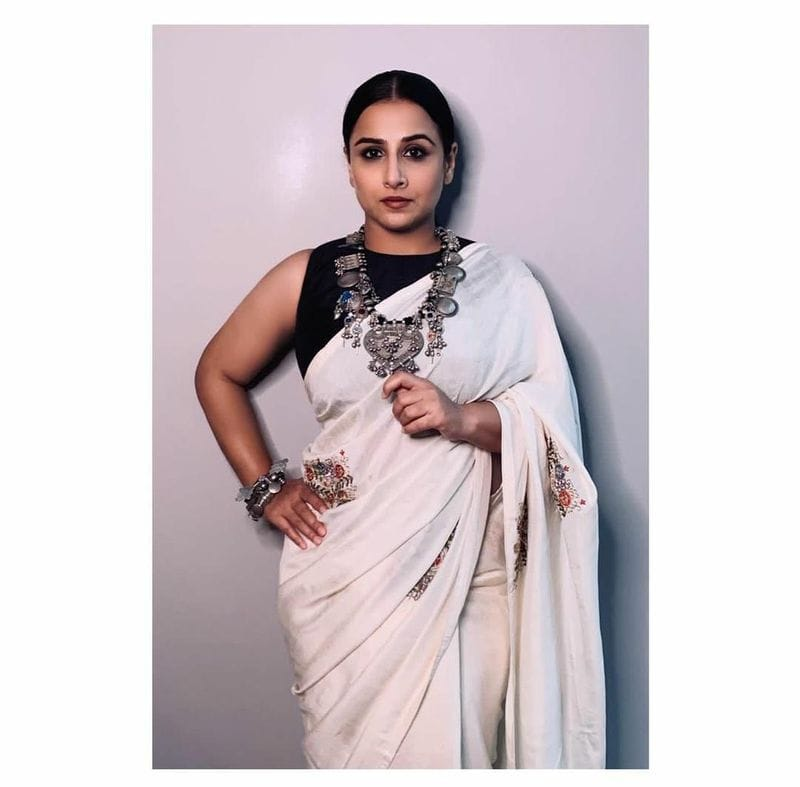 "<p style=""text-align: justify;""><strong>Vidya Balan's cotton handloom</strong><br /> Vidya Balan is the epitome of beauty when it comes to sarees. She wore a white cotton handloom embroidered saree with a black sleeveless blouse and rounded off the look with a silver junk neckpiece.</p>"