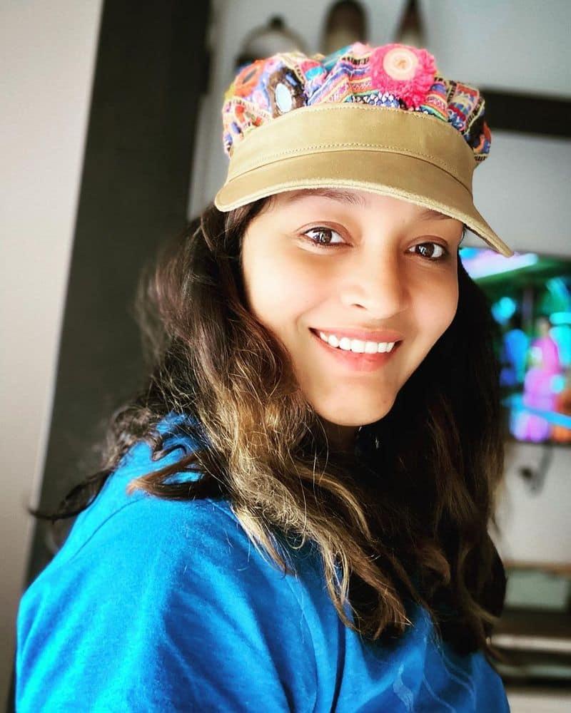 సినీ పండితులు సైతం రేణూ దేశాయ్ సౌత్ ని ఏలేయడం ఖాయమని అంచనా వేశారు. బంగారం లాంటి భవిష్యత్తు కళ్ళ ముందు కనిపిస్తున్నా, పవన్ ప్రేమ కోసం సినిమాను వదిలేసింది రేణూ దేశాయ్. అప్పటికే ఒప్పుకున్న ఓ తమిళ చిత్రం పూర్తి చేశాక, ఆమె ఇతర హీరోల సినిమాలు ఒప్పుకోలేదు.