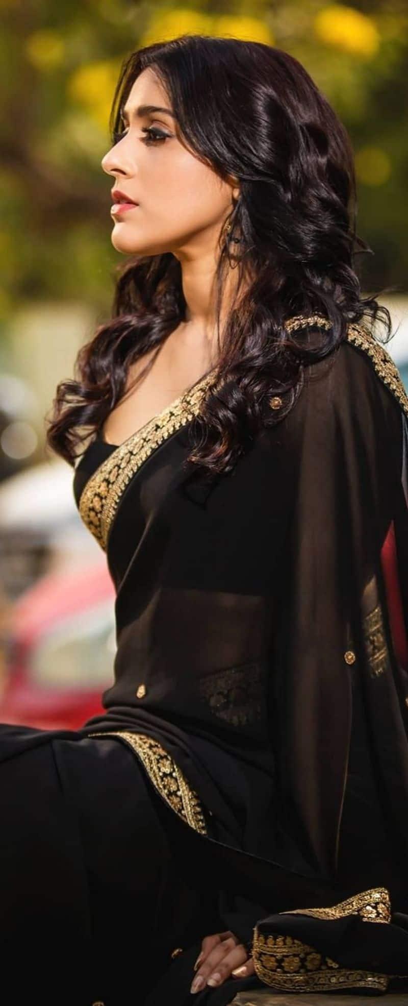 రష్మీ ఇంస్టాగ్రామ్ ఫోటో షూట్స్ కి చాలా ఫేమస్. తరచుగా ఆమె పంచుకునే హాట్ హాట్ ఫోటోస్వైరల్ అవుతూ ఉంటాయి.