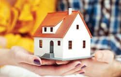 बिजनेस डेस्क। हर किसी का सपना होता है कि उसका अपना एक घर हो। आज महंगाई इतनी बढ़ती जा रही है कि हर किसी के लिए इस सपने को पूरा कर पाना आसान नहीं है। प्रॉपर्टी के साथ ही बिल्डिंग मटेरियल्स के रेट भी लगातार बढ़ते जा रहे हैं। यही वजह है कि ज्यादातर लोग किराए के घरों में रहने को मजबूर हैं, जबकि वे कुछ साल में जितना किराया भर देते हैं, उतने में आसानी से घर खरीदा जा सकता है। बहरहाल, बैंकों की होम लोन (Home Loan) की सुविधा का लाभ उठाकर घर खरीदा जा सकता है। करीब-करीब सभी सरकारी और प्राइवेट बैंक होम लोन की सुविधा मुहैया करा रहे हैं। ऐसे में, यह जानना जरूरी है कि किस बैंक का होम लोन सबसे सस्ता है। होम लोन लेने के पहले इसे चेक करना सबसे जरूरी होता है। जानते हैं इसके बारे में। (फाइल फोटो)