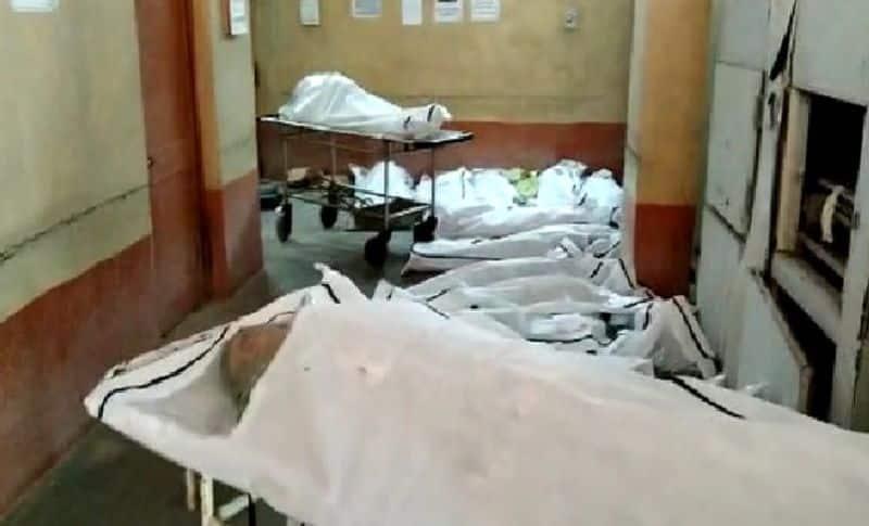 <p><br /> लापरवाही की यह तस्वीर भी रायपुर के अंबेडकर अस्पताल के कोविड वार्ड की है। रोज &nbsp;20 कोरोना संक्रमितों की मौत हो रही है। शवों को अंतिम संस्कार के लिए भेजने में इतनी देरी हो रही है कि फ्रीजर की कमी के चलते शव सड़ने लगे हैं और उनमें कीड़े भी लग चुके हैं।</p>