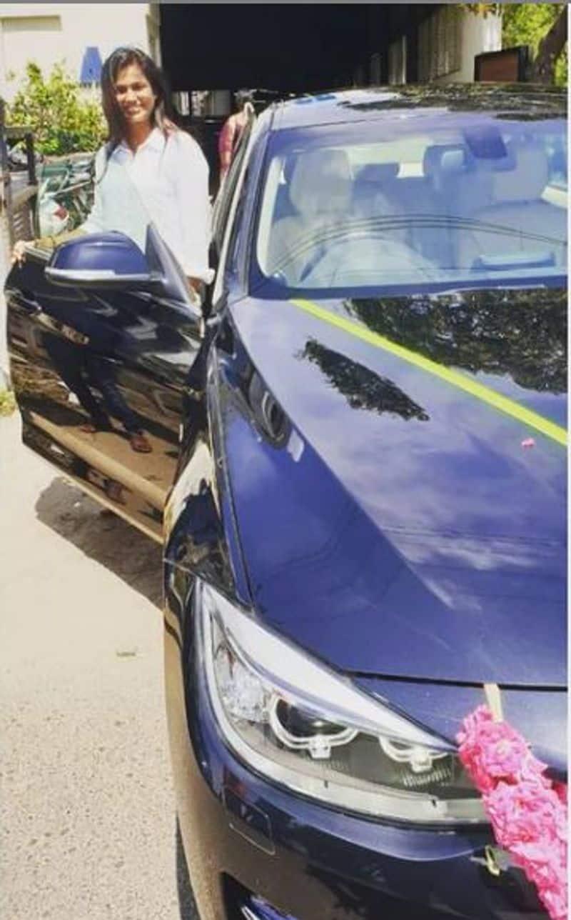 <p>நீல நிற BMW காரில் செம்ம கெத்தாக போஸ் கொடுக்கும் ரம்யா பாண்டியனை பாருங்க.</p>