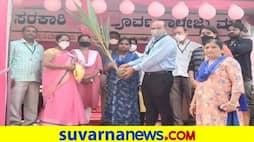<p>ಮಹಿಳಾ ಮತದಾರರಿಗೆ ಸಸಿ ನೀಡುವ ಮೂಲಕ ಸ್ವಾಗತಿಸಿ ಚುನಾವಣಾ ಸಿಬ್ಬಂದಿ</p>