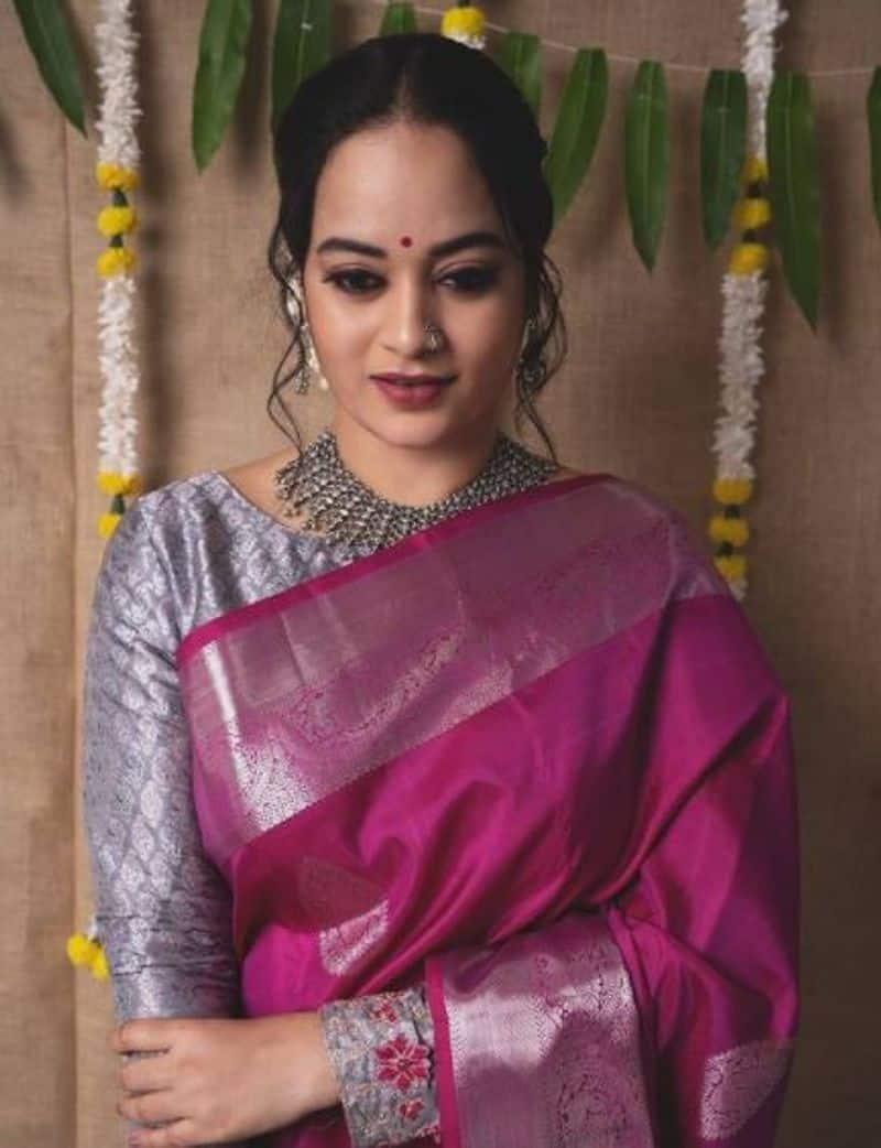 <p>சிலை போல் நின்று போஸ் கொடுக்கும் சுஜா வருணி&nbsp;</p>