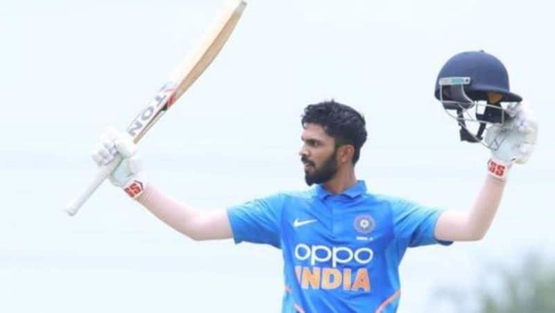 <p><strong>कौन हैं रुतुराज गायकवाड़</strong><br /> रुतुराज गायकवाड़ ने 2016-2017 में महाराष्ट्र के लिए रणजी डेब्यू किया था। इंडिया ए के लिए अपना फर्स्ट क्लास डेब्यू उन्होंने साल 2019 में इंग्लैंड लायंस के खिलाफ खेला। &nbsp;दिसंबर 2018 में चेन्नई सुपर किंग्स ने 20 लाख रुपये के बेस प्राइस में गायकवाड़ को अपनी टीम में शामिल किया। हालांकि उन्हें कोई मैच खेलने का मौका नहीं मिला। पिछले साल यूएई में उन्होंने 6 मैचों में 288 रन बनाकर सबको हैरान कर दिया था।</p>  <p>(फाइल फोटो)</p>