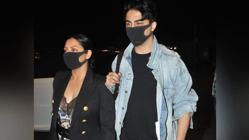 <p>गौरी-आर्यन पूरी सुरक्षा के साथ एयरपोर्ट पर नजर आए। मां-बेटे दोनों ने ही मास्क पहन रखा था।</p>