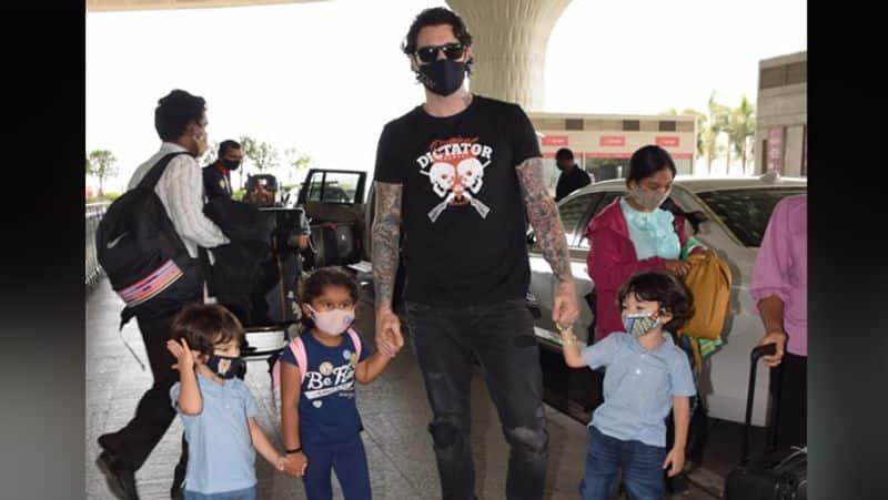 <p>सनी लियोनी के पति डेनियल वेबर तीनों बच्चों के साथ एयरपोर्ट पर नजर आए। सभी ने सेफ्टी को देखते हुए मास्क पहन रखे थे।</p>