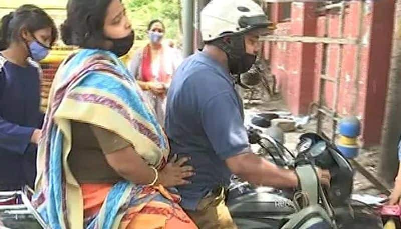 My Wife Will Die Mans Desperate Plea Outside at Delhi Covid Hospital ksp